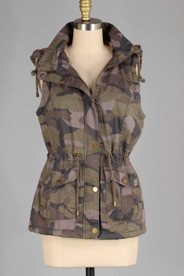 FAUX FUR LINED CAMOUFLAGE PRINT BUTTONED ZIP UP HOODED VEST