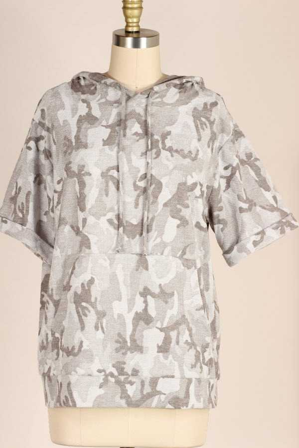 CAMOUFLAGE PRINT HOODED SHORT SLEEVE KNIT TOP WITH POUCH